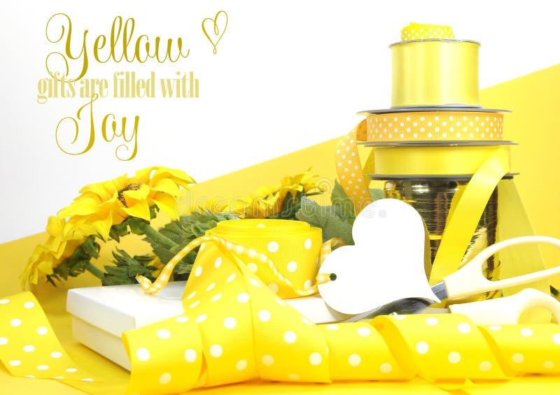Żółty tematu prezenta opakowanie z próbka tekstem obrazy stock
