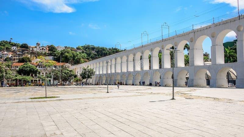 Żółty tramwaj iść wzdłuż wyróżniającego Arcos da Lapa Santa Teresa, Rio De Janeiro obraz stock
