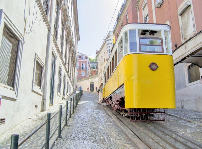Żółty tramwaj w Lisbon, Portugalia zdjęcie royalty free