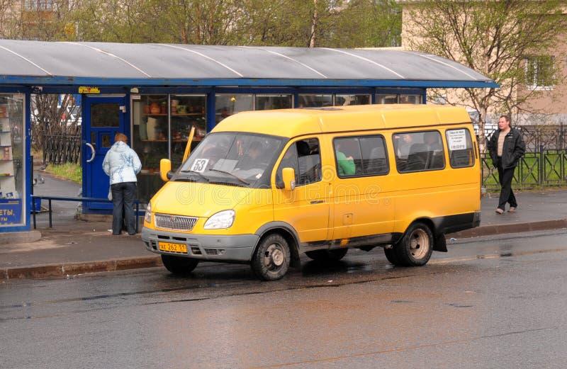 Żółty wahadłowa autobus przy autobusową przerwą obrazy stock
