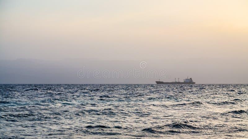 Żółty wieczór zmierzch nad zatoką Aqaba zdjęcie stock