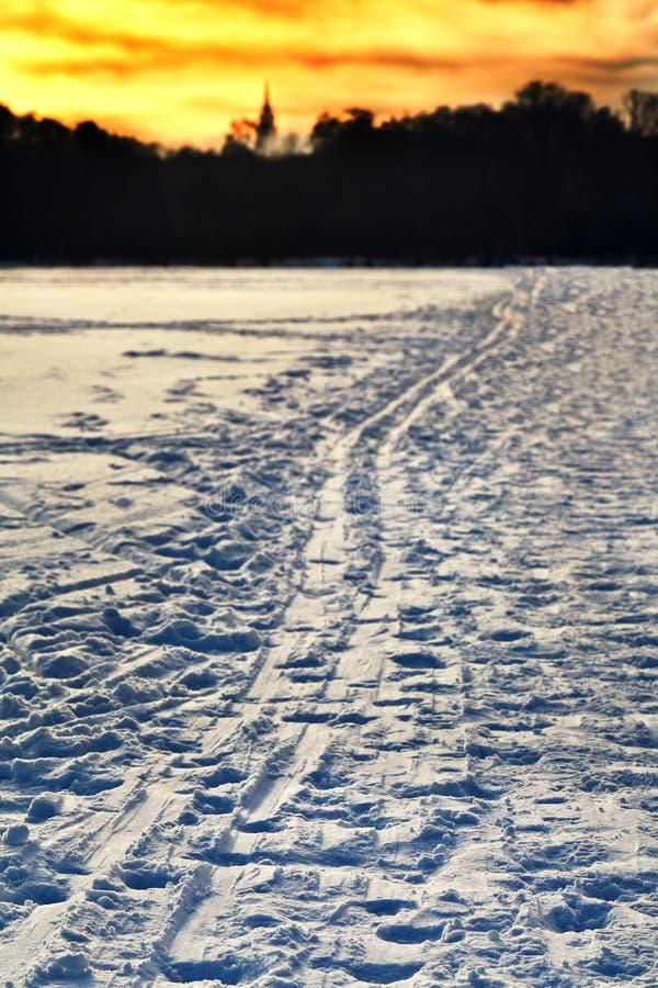 Żółty zima zmierzch nad śnieżnym polem zdjęcia stock
