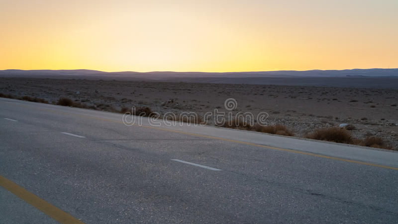 Żółty zmierzch i pustyni autostrada w Jordania obraz royalty free