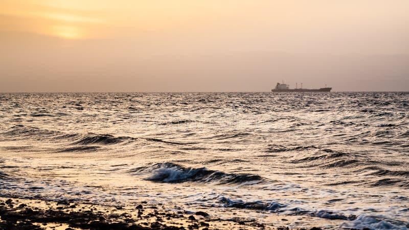 Żółty zmierzch nad zatoką Aqaba w zimie fotografia royalty free