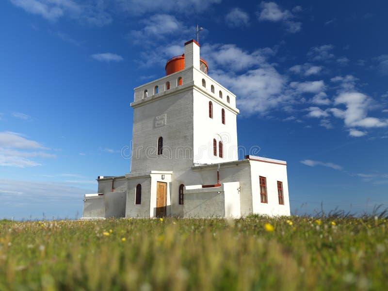 ó Julho 2012 - Farol de Dyrholaey em Islândia imagens de stock royalty free