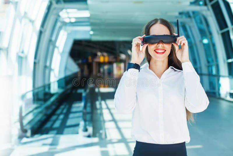 Óculos de proteção desgastando da mulher fotos de stock