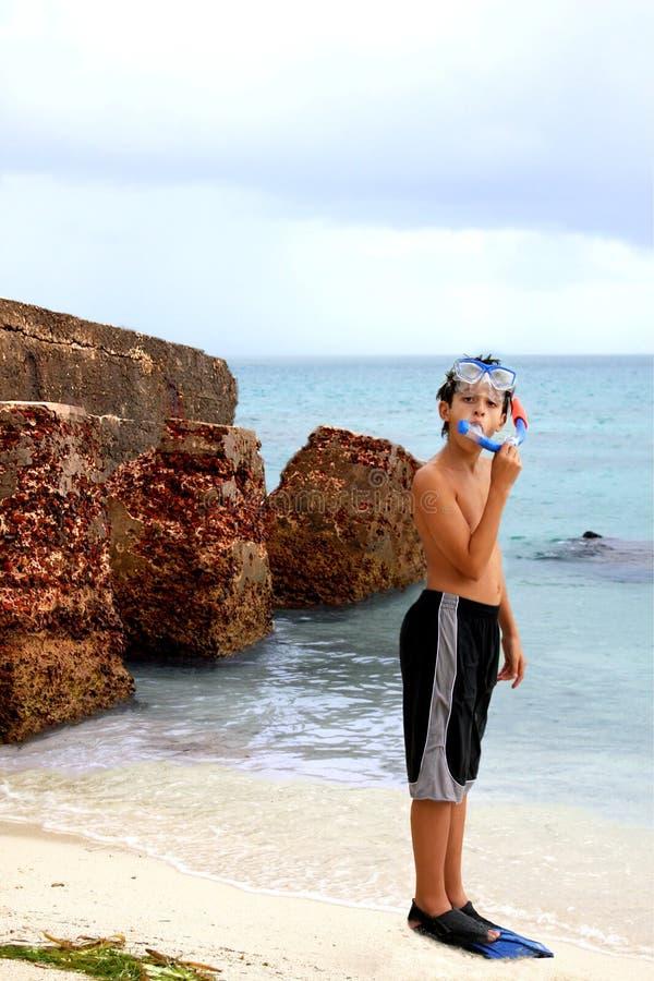 Óculos de proteção e aletas snorkeling desgastando do menino imagens de stock