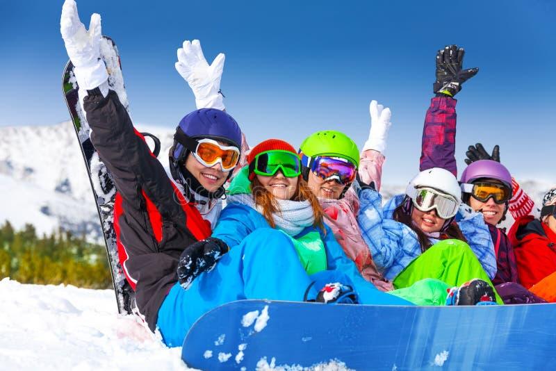Óculos de proteção vestindo de sorriso dos povos que levantam as mãos acima imagem de stock royalty free