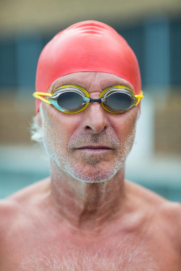 Óculos de proteção vestindo do nadador superior descamisado imagens de stock