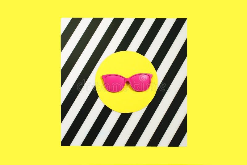 Óculos de sol cor-de-rosa pintados da forma na cor corajosa vibrante no fundo duplo Conceito da geometria, minimalismo Pop art foto de stock royalty free