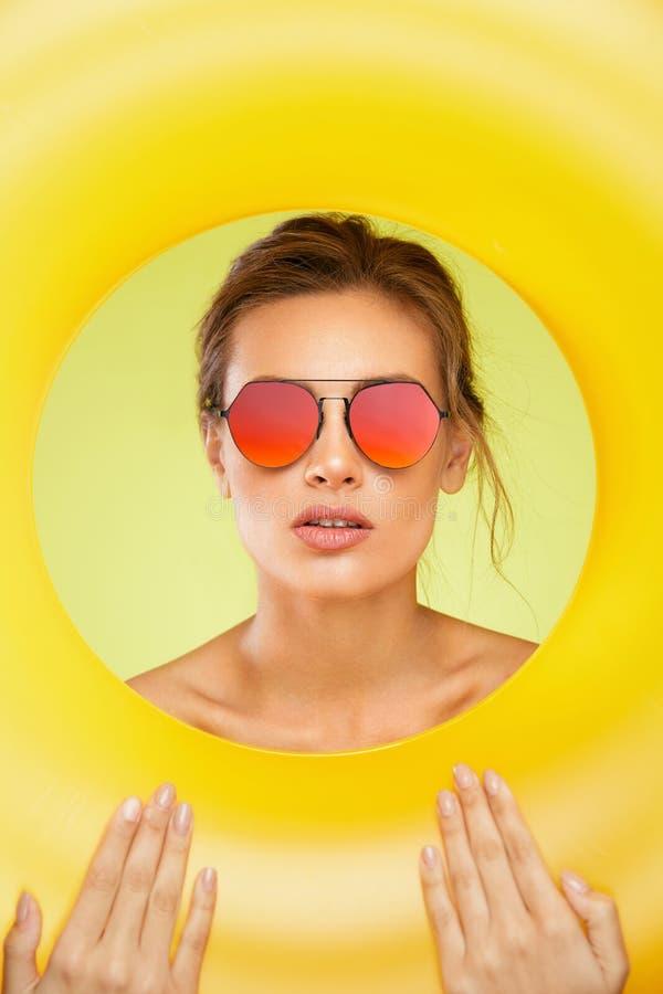 Óculos de sol da forma Mulher bonita com vidros de Sun coloridos fotos de stock