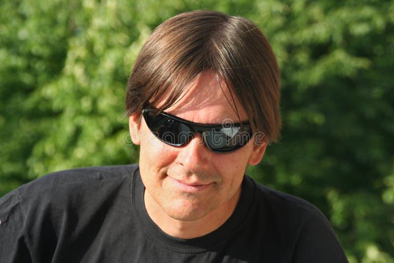 Óculos de sol da sagacidade do homem foto de stock royalty free
