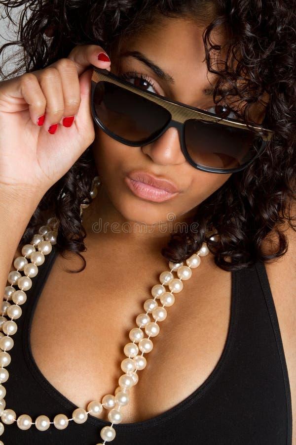 Óculos de sol desgastando da mulher fotos de stock