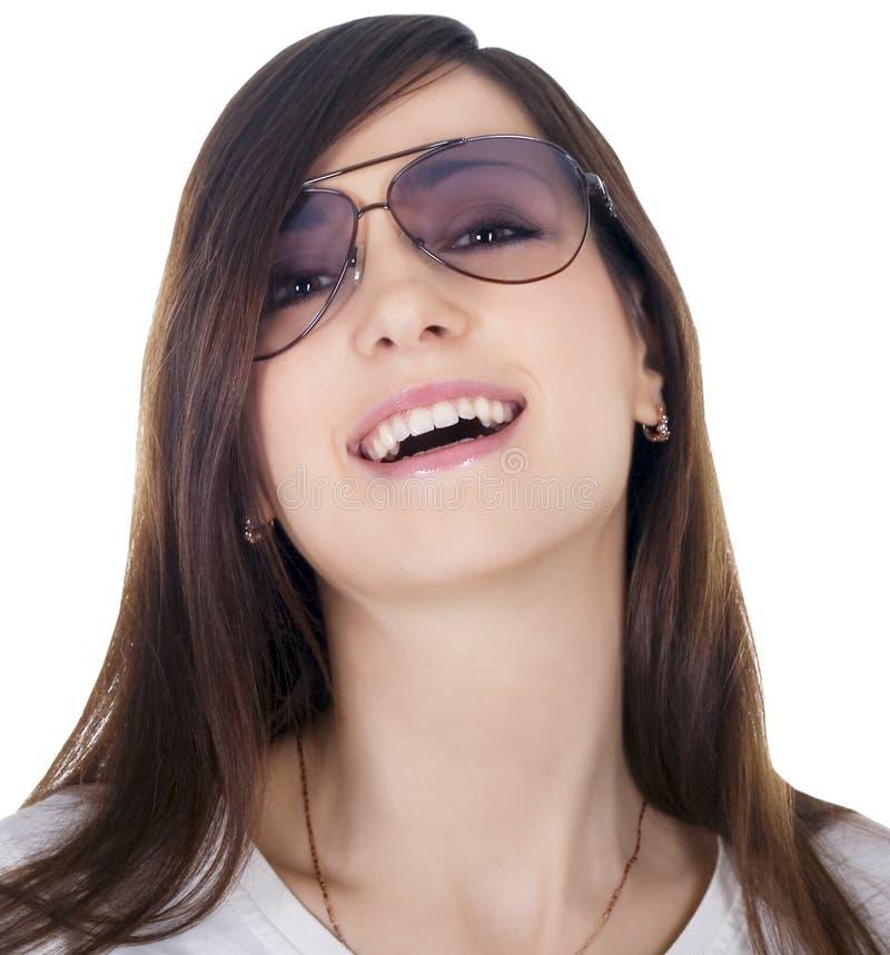 Óculos de sol desgastando da mulher bonita imagens de stock