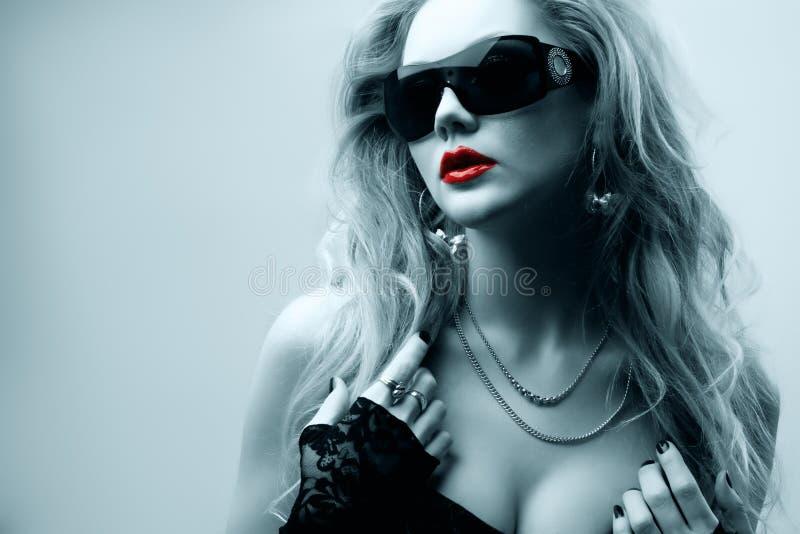 Óculos de sol desgastando da mulher de Oung imagens de stock royalty free