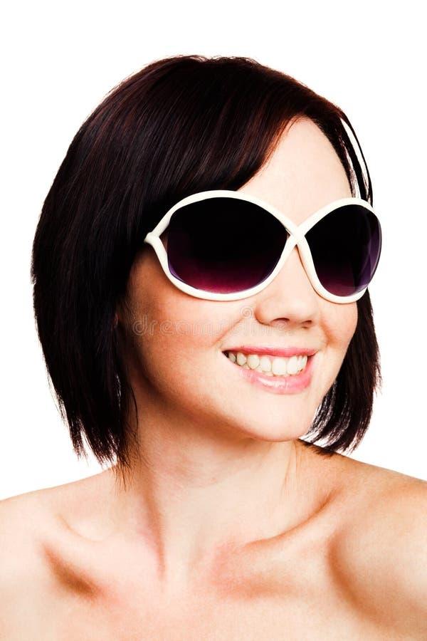 Óculos de sol desgastando da mulher nova foto de stock