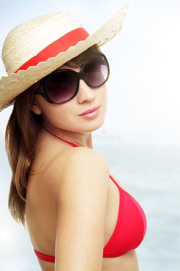 Óculos de sol desgastando da mulher nova fotos de stock