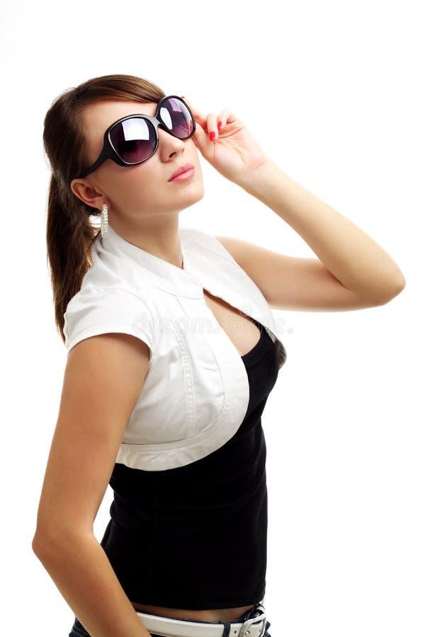 Óculos de sol desgastando da mulher nova imagens de stock
