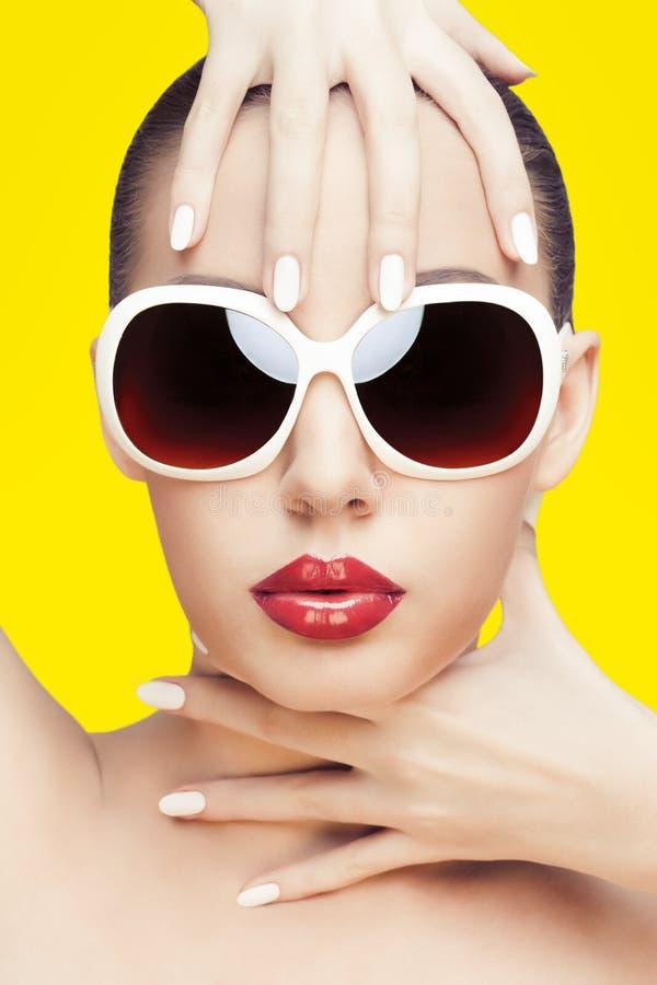 Óculos de sol desgastando da mulher nova imagem de stock