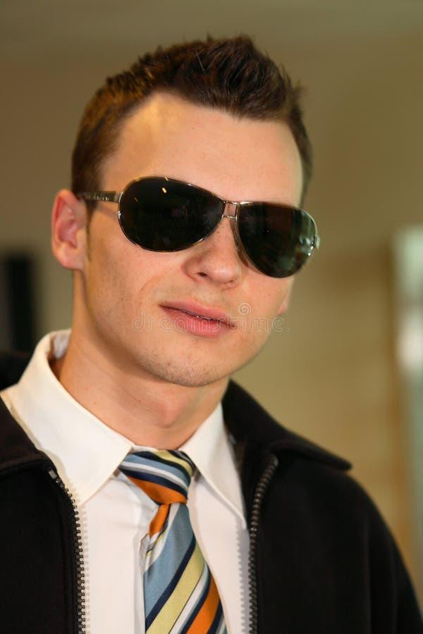 Óculos de sol desgastando do homem à moda fotografia de stock royalty free