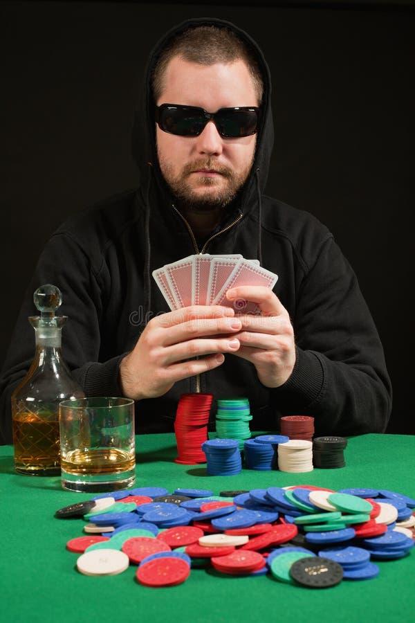 Óculos de sol desgastando do jogador do póquer fotografia de stock royalty free