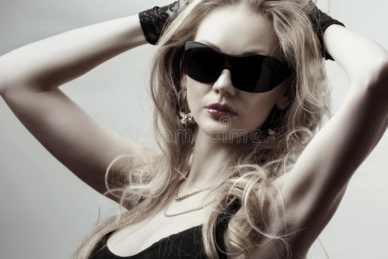 Óculos de sol desgastando louros fotos de stock