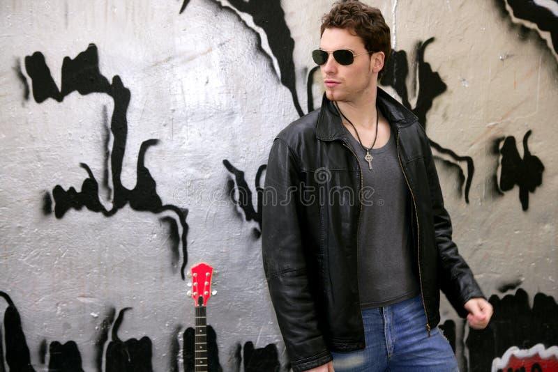 Óculos de sol do homem novo da estrela do rock do balancim imagem de stock