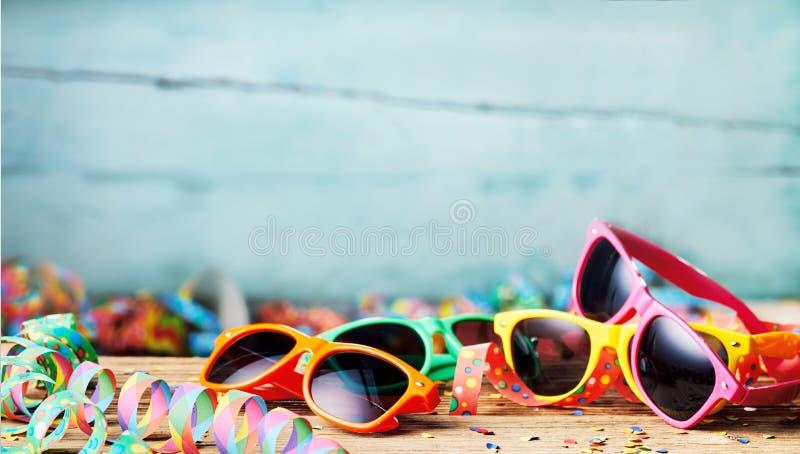 Óculos de sol e flâmulas coloridos do partido imagens de stock royalty free