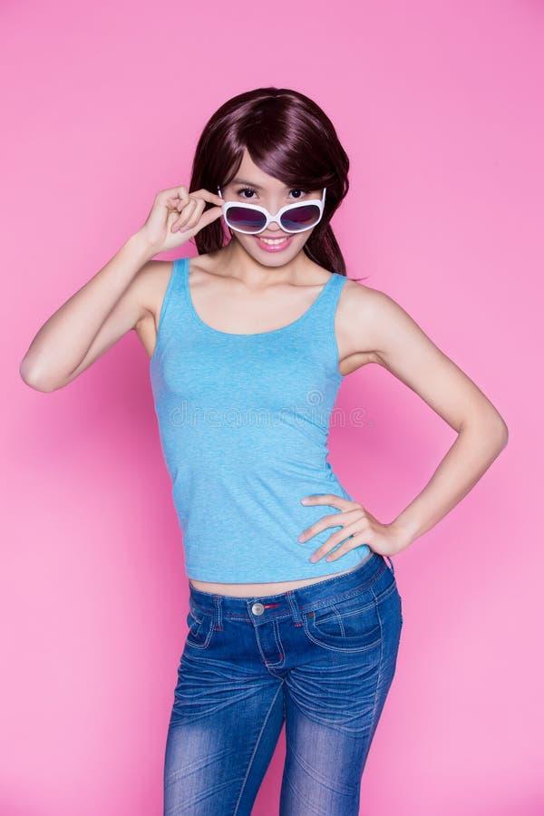 Óculos de sol e sorriso do desgaste de mulher foto de stock