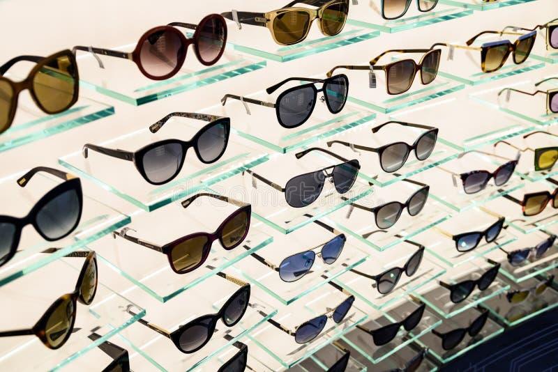 Óculos de sol luxuosos para a venda na exposição da janela da loja imagens de stock