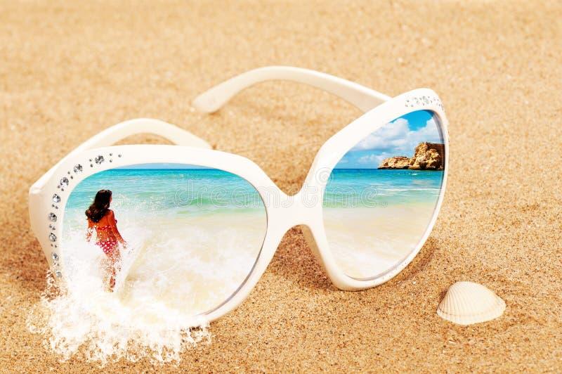 Óculos de sol na areia fotografia de stock royalty free