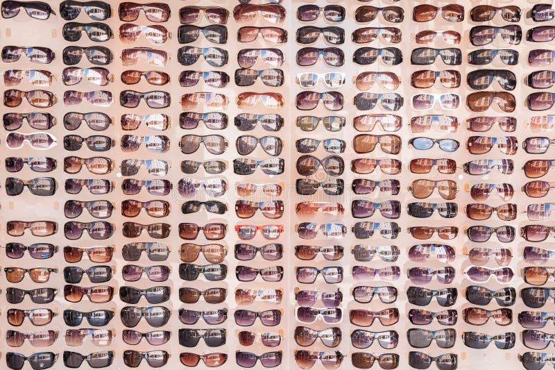 Óculos de sol na exposição no mercado imagem de stock