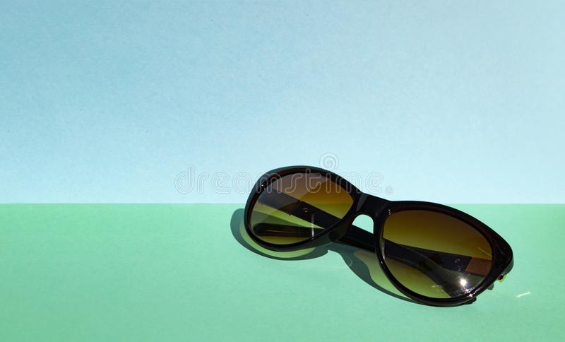 Óculos de sol no fundo pastel Cores vibrantes Tendendo o curso imagem de stock