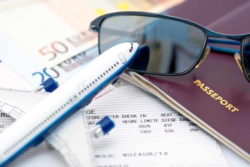 Óculos de sol no passaporte foto de stock