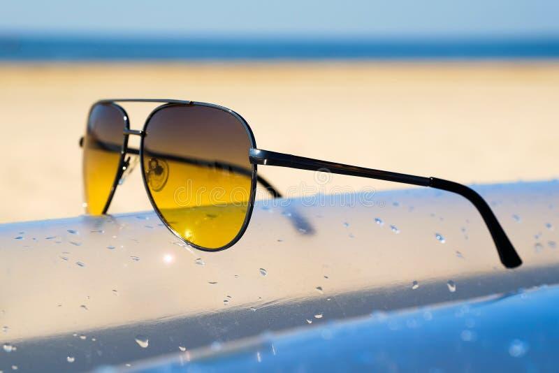 Óculos de sol no Sandy Beach no verão - estilos da cor do vintage imagens de stock