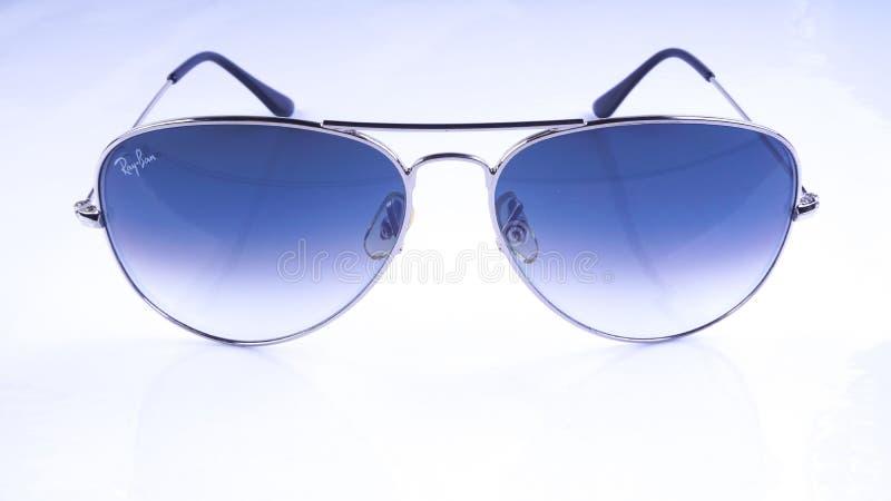 Óculos de sol de Rayban isolados no fundo branco fotos de stock