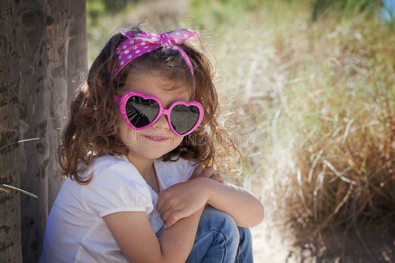 Óculos de sol vestindo da criança do verão fotografia de stock royalty free