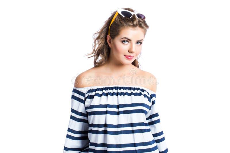 Óculos de sol vestindo da jovem mulher atrativa no fundo branco fotografia de stock royalty free