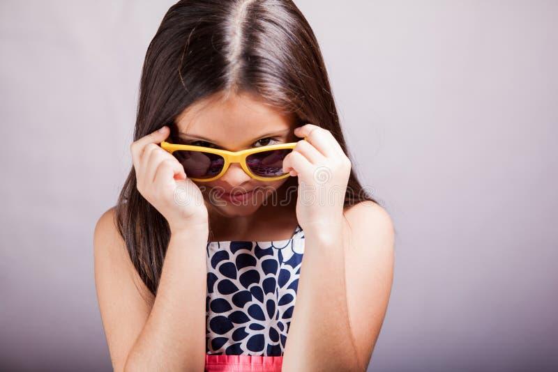 Óculos de sol vestindo da menina bonito foto de stock