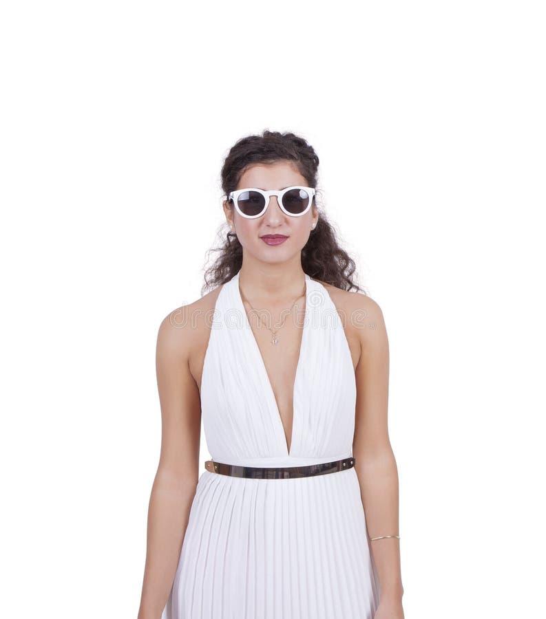 Óculos de sol vestindo da mulher atrativa foto de stock