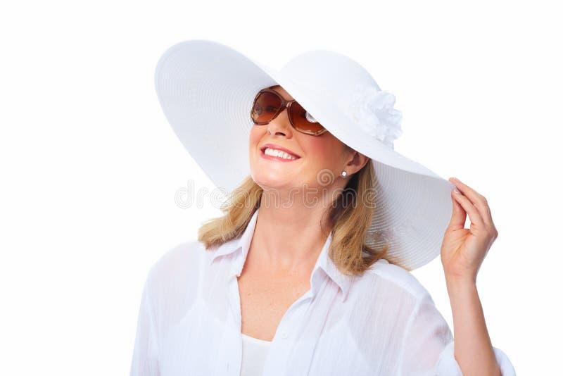 Óculos de sol vestindo da mulher e um chapéu. imagem de stock royalty free