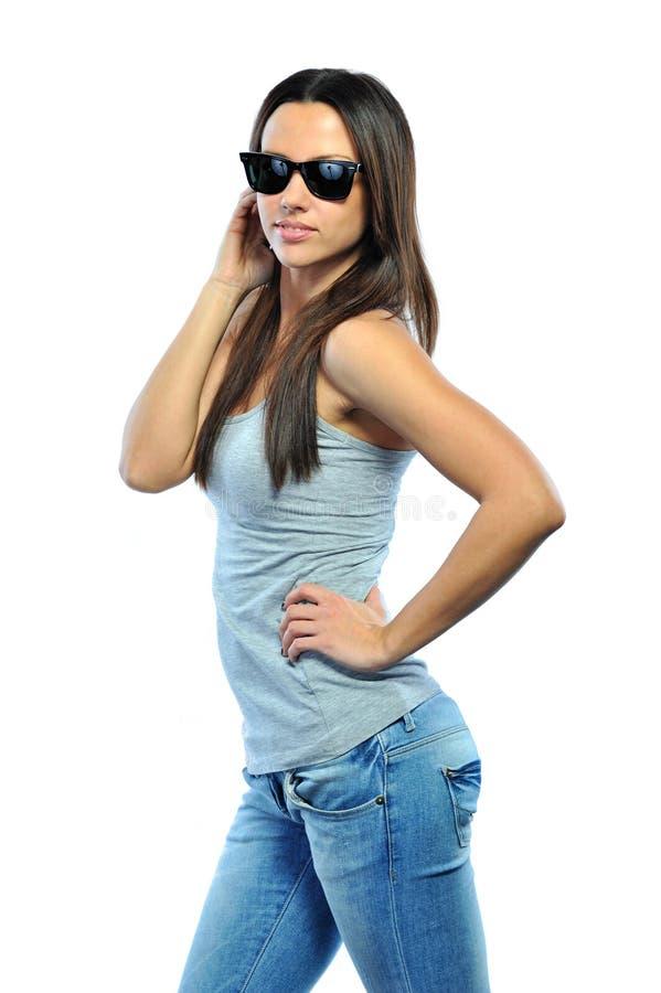 Óculos de sol vestindo da mulher 'sexy' contra o fundo branco fotografia de stock