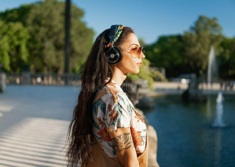 Óculos de sol vestindo do modelo do Transgender no parque verde fotos de stock