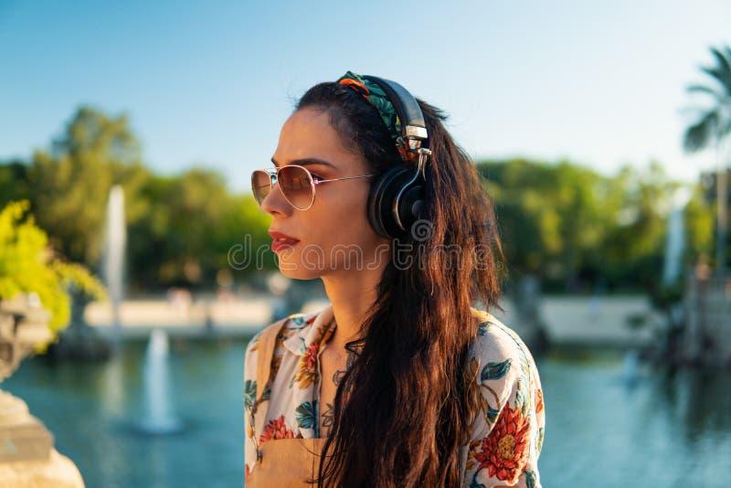 Óculos de sol vestindo do modelo do Transgender no parque verde foto de stock