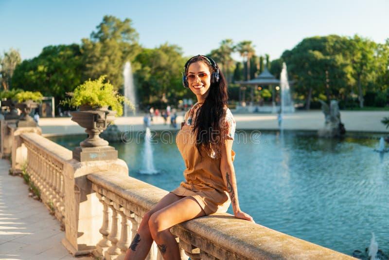 Óculos de sol vestindo do modelo do Transgender no parque verde foto de stock royalty free