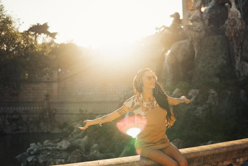 Óculos de sol vestindo do modelo do Transgender no parque verde fotos de stock royalty free