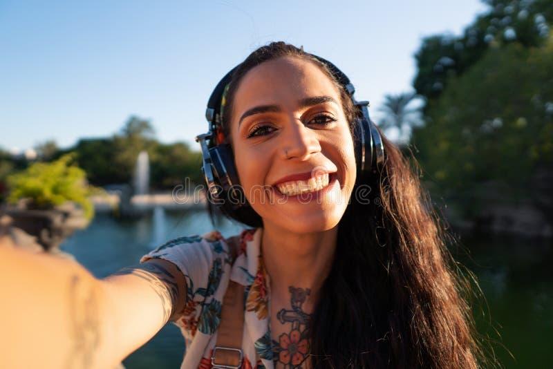 Óculos de sol vestindo do modelo do Transgender no parque verde fotografia de stock royalty free