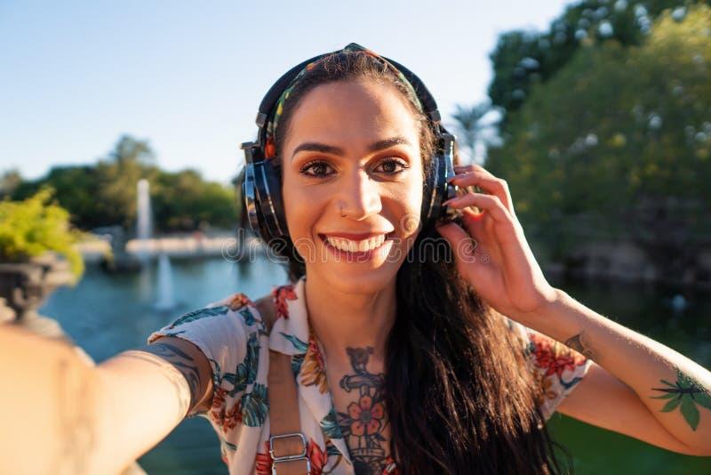 Óculos de sol vestindo do modelo do Transgender no parque verde imagem de stock