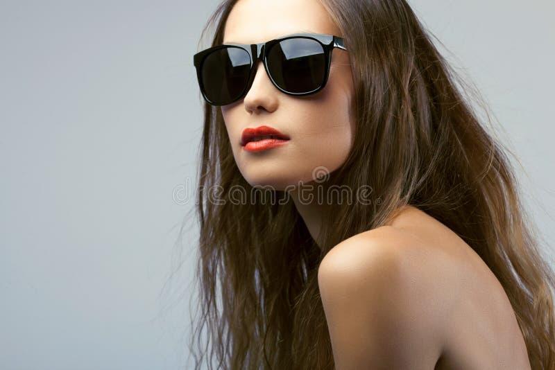 Óculos de sol vestindo do retrato da mulher imagens de stock