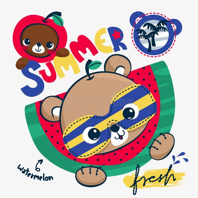 Óculos de sol vestindo dos desenhos animados bonitos do urso de peluche com fruto do verão fotografia de stock royalty free